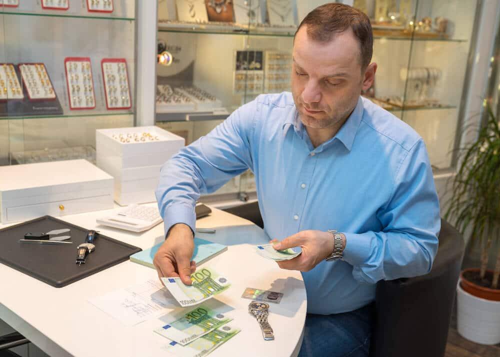 Barauszahlung beim Ankauf von Uhren, Gold und Schmuck