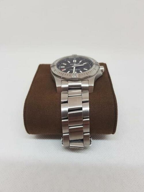 Blick auf das Armband einer Breitling Colt Automatic 44