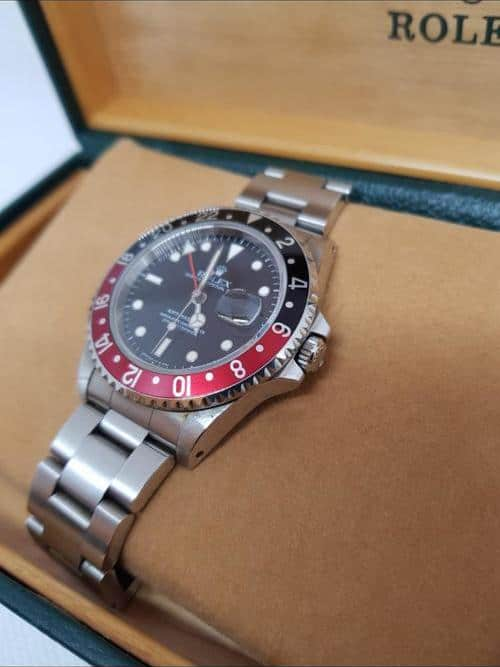 Blick auf den Handaufzug der Rolex GMT Master II aus 1997 mit schwarz-roter Lünette