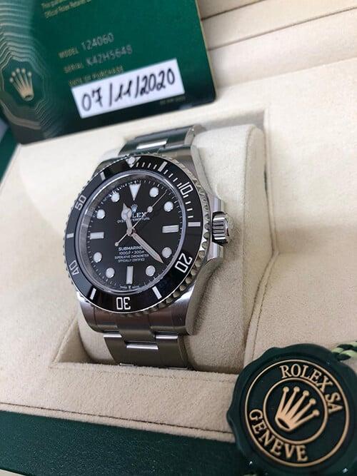 Blick auf den Handaufzug der Rolex Submariner No Date mit Stahlarmband