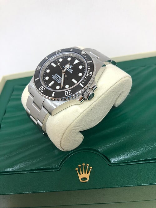 Blick auf den Handaufzug einer Rolex Submariner No Date mit Stahlarmband