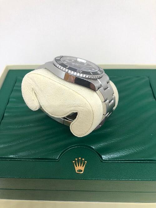 Rolex Submariner No Date mit Stahlarmband von der Seite betrachtet
