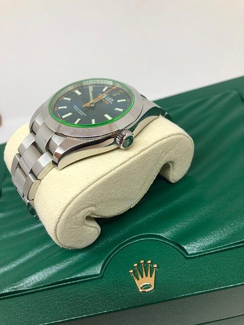 Blick auf den Handaufzug einer gebrauchten Rolex Milgauss aus 2019